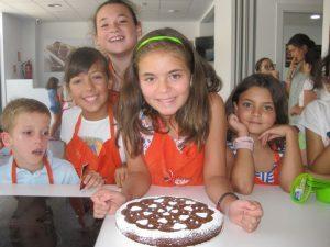 niños en campamento de verano de cocina